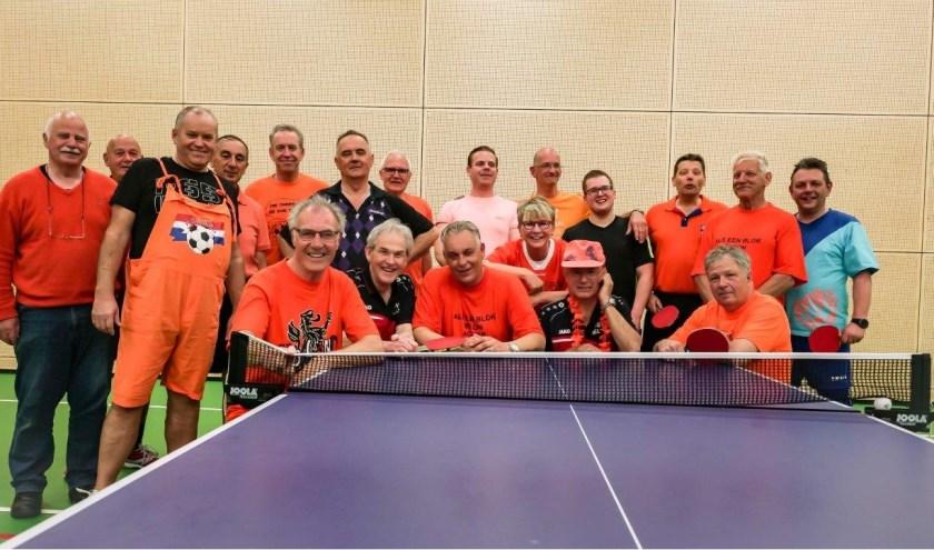 De meeste deelnemers waren gehuld een oranje outfit.