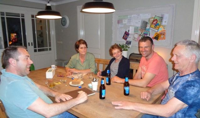 Joan, Carien, Ron, Thieu en Arjan zorgen, met nog vele andere bestuurs- en commissieleden voor gezelligheid binnen BV Den Ekker in Reusel