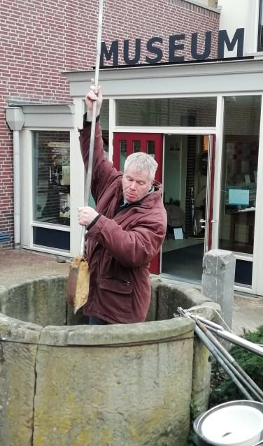 Geoloog Gerard Doornbos deed onlangs al een paar boringen in de put voor het museum.