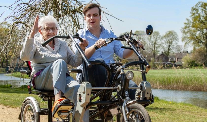 Mevrouw Kip en Mees Jansink. Zij is 87, hij is 20. Regelmatig zijn ze in Aalten te spotten op de duofiets.