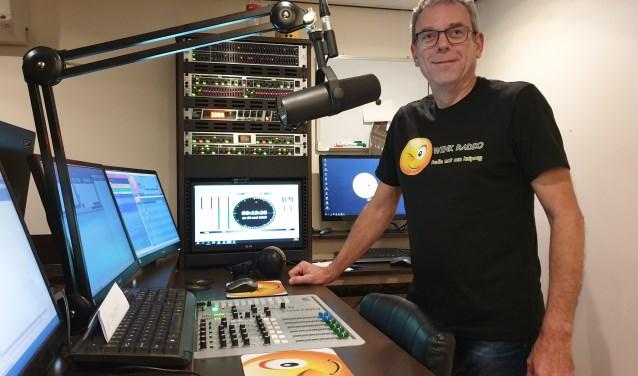 Jan Damen in zijn eigen radiostudio tijdens het vrijdagavond rockthema radioprogramma 'Stamppot Barracuda'. Foto: Jan Damen.