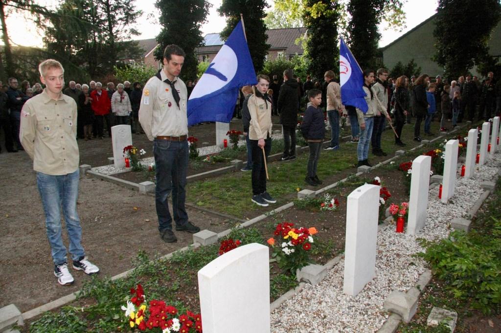 Scouts brachten eer aan de gesneuvelde piloten van de geallieerden. Foto: Eveline Zuurbier  © Persgroep