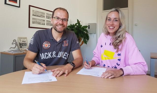 Susan Krumins en Alexander Vandevelde bij de ondertekening van het contract.