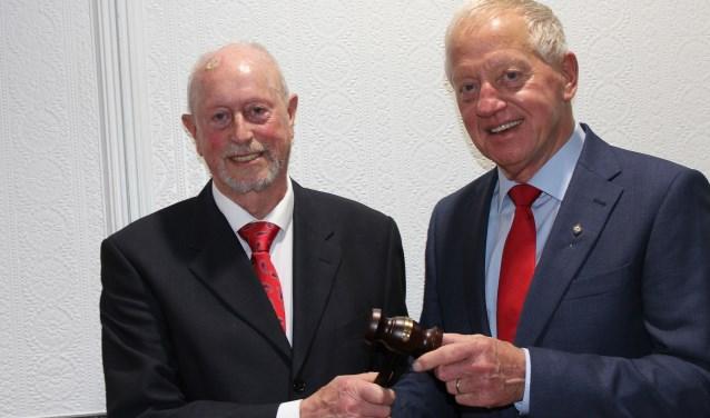 Jan Panhuijzen (rechts) draagt de voorzittershamer van KBO Berkel-Enschot over aan Leo de Graaf.