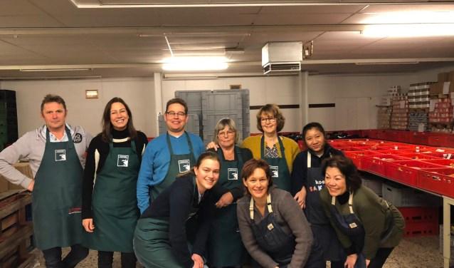 De vrijwilligers van de inpakploeg. Op de foto staat Jenny op de achterste rij, derde van rechts. Foto: Voedselbank Midden Twente