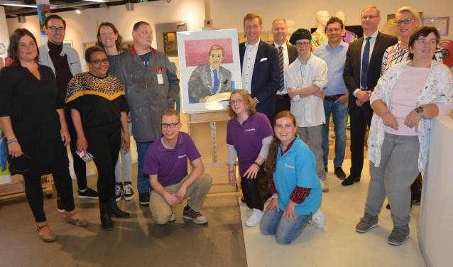 Tijdens het bezoek werd een groepsfoto gemaakt. In het midden het portret dat de burgemeester ontving. (Foto: Pieter Vane)