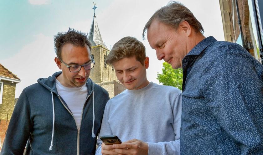 Marvin Voortman (l) en Eric Jan Hagoort (r) kijken met CEO Alex Govoreanu naar de nieuwe Questo app. (Foto: Paul van den Dungen)