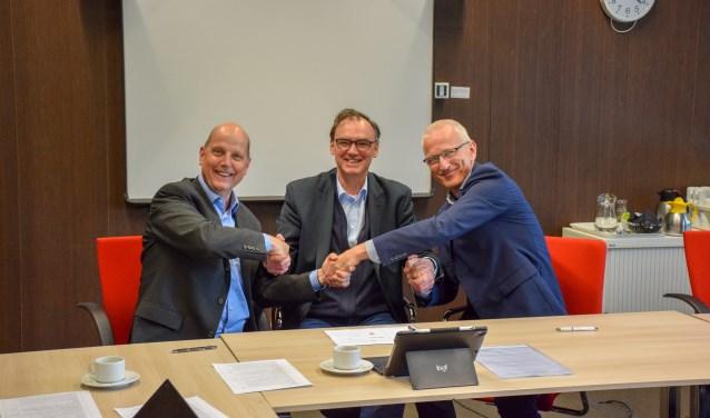 De directeuren geven elkaar een  handdruk. v.l.n.r. J. Post (ODRU), P.L.J. Bos (VRU) en H. Jungen (RUD Utrecht)