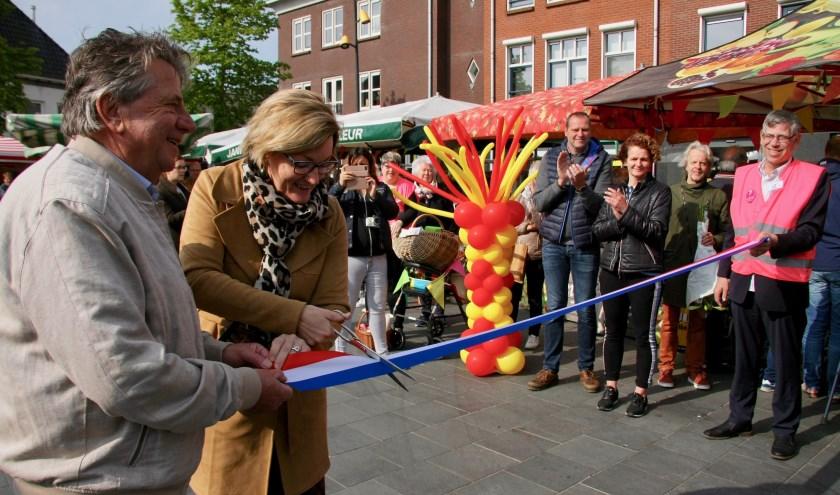 Marktmeester Albert Hilverink en wethouder Frank openen de nieuwe staanplaats van de weekmarkt in Lichtenvoorde.