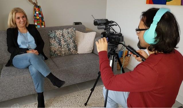 Sevilay Luiken-Dalli wordt gefilmd door Alper Özdemir. Foto: Masja de Roy