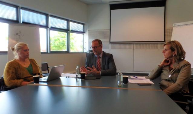 Burgemeester Paans van Alblasseerdam licht de startnotitie Handhaving toe tijdens een persgesprek in Cultureel Centrum Landvast.