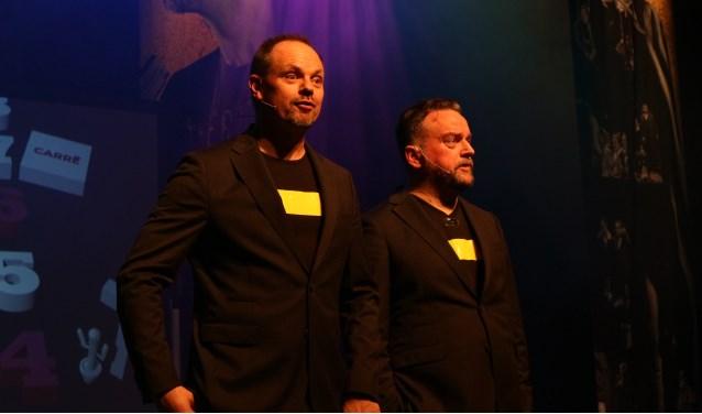 Een scène uit het nieuwe programma van de cabaretiers Arie Koomen en Silvester Zwaneveld.(Foto: Nanda Roep)