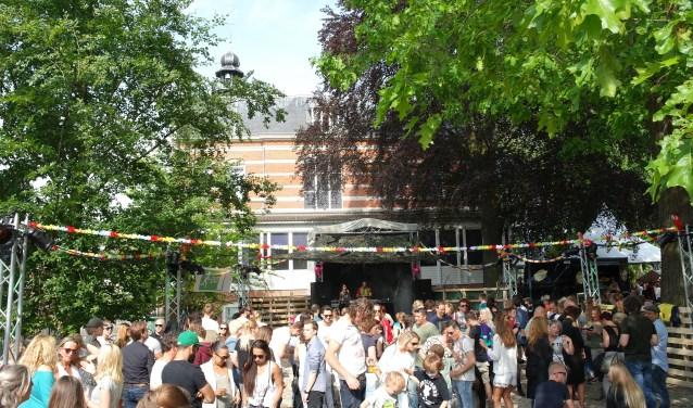 Het parkje achter Museum Jan Cunen verandert jaarlijks in een festivalterrein voor Come Out and Play, met muziek op de zaterdag en buitenspelen op de zondag. Foto: Marjolein Kooijman