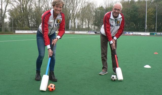 Renee Helderop laat zien hoe fithockey wordt gespeeld met een zachte knots een en grote plastic bal (Foto Peter Spek).