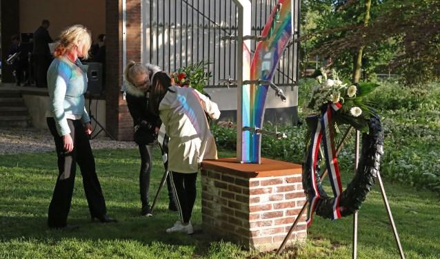 Schoolkinderen leggen krans namens de Stichting Eerbetoon Geallieerde Vliegeniers Lingewaal