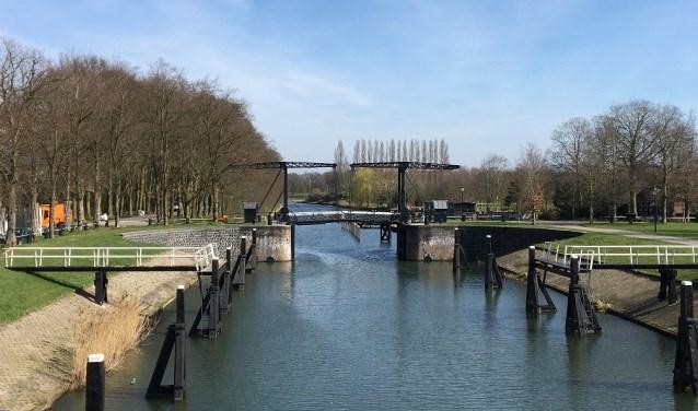 De Katerveersluis in de Willemsvaart is een populaire fotolocatie voor bruidsparen.