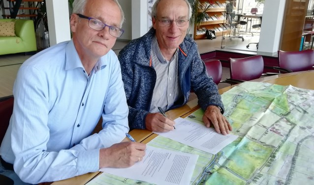 Ondertekening intentieverklaring door Jaap Mons (links) en Driek Enserink (rechts)