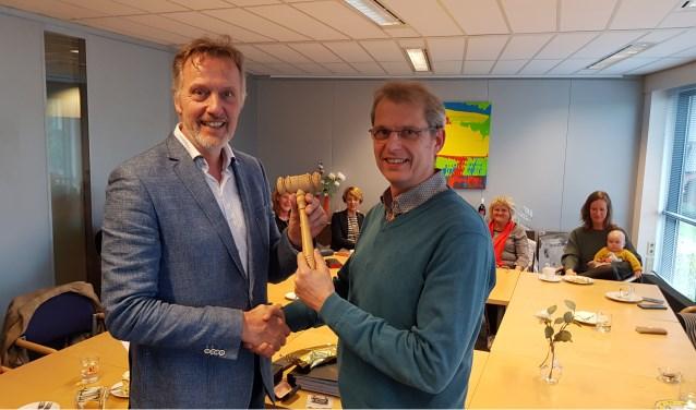 Frans Mul overhandigt de voorzittershamer van de Winterswijkse Uitdaging aan Mark van Dam. 'Het waren zeven mooie en inspirerende jaren, maar nu wordt het tijd voor opvolging'