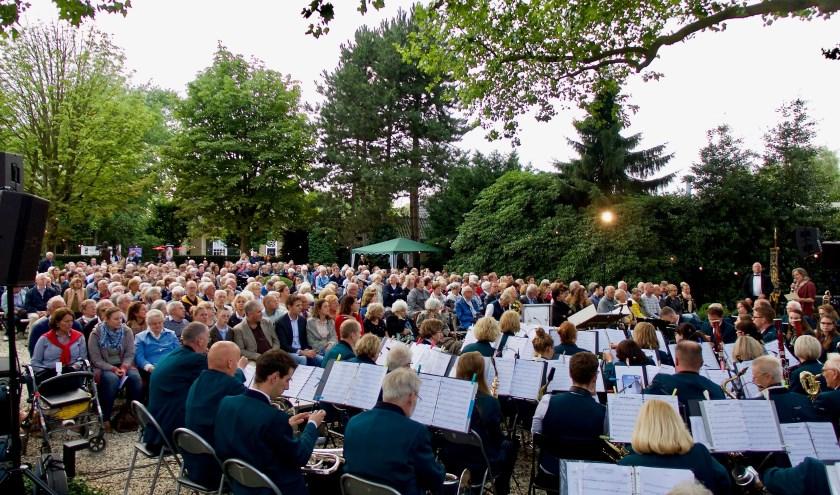 In 2017 genoot een bomvolle pastorietuin van het sfeervolle concert van de harmonie St. Caecilia in Bavel. Zaterdag 5 juni is de derde editie en de kaartverkoop hiervoor start op 9 mei. FOTO: HAGAR SOETERBOEK