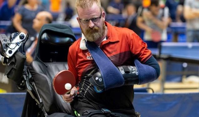 Ivo Brouwer van tafeltennisvereniging Alexandria'66, hier in actie op het NK 2018, speelt in klasse 5 (rolstoel).  Ook in de anderen categorieën is de Rotterdamse club vertegenwoordigd. (Foto: Theo Bens)