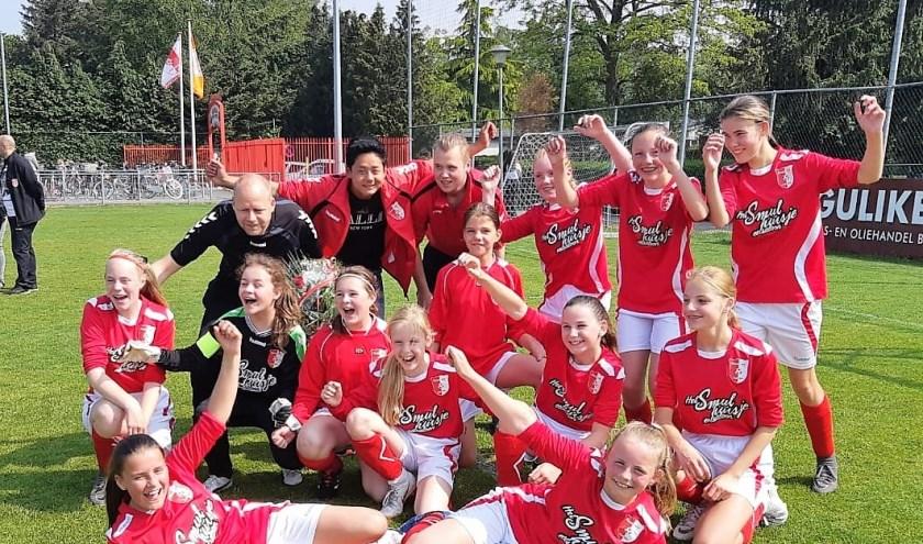 Rood-Wit voetbalmeiden superblij met kampioenschap.