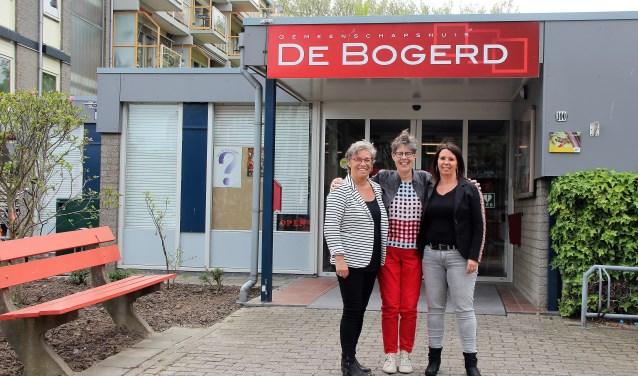 Van links naar rechts: Roos Rijnen (presentatrice), Joke Melenhorst (casemanager) en Nellie van Sinttruije (casemanager) poserend voor Gemeenschapshuis De Bogerd, waar de maandelijkse bijeenkomsten van het Alzheimer Café plaatsvinden.Foto: Cok Slijkoord