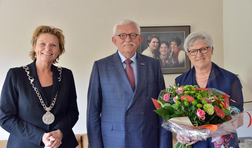 Burgemeester Petra van Hartskamp kwam Co Geelkerken en Gerda Geelkerken-Capel persoonlijk feliciteren met hun 50 jarig huwelijk (Foto: Paul van den Dungen)