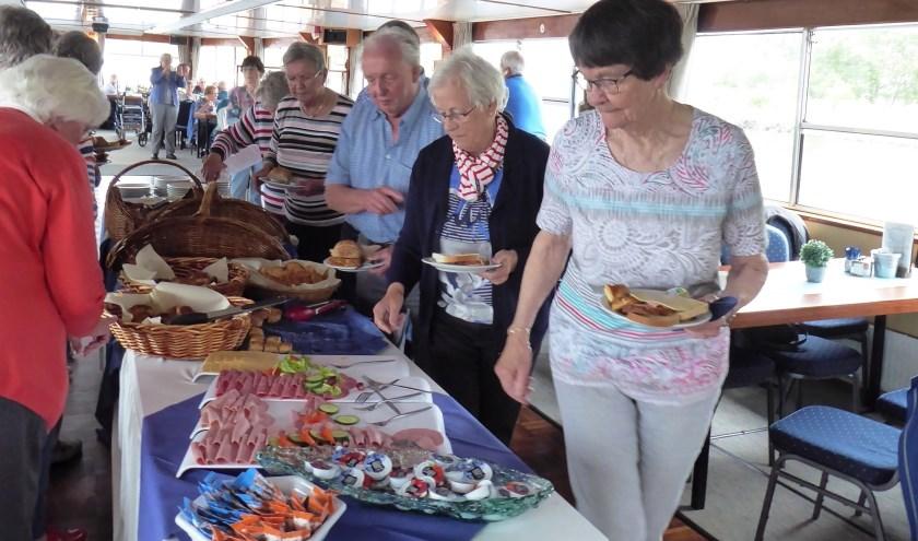 Op 30 mei werd weer een geslaagde dagtocht gehouden door BOZ. De lunch viel ook in de smaak. (foto: Susan de Vries)