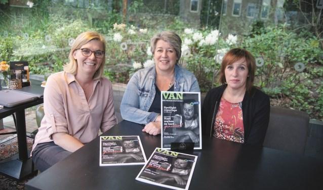 Tekstschrijfster Pauline Brouwer, vormgeefster Lyan Kerkhoffs en eindredacteur Monique Disteli (vlnr) met de eerste uitgave van VAN.