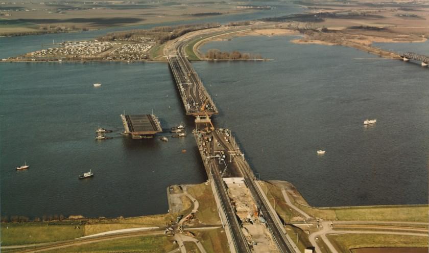 Het invaren van het laatste brugdeel in de nieuwe Moerdijkbrug, die ook door Kloos is gebouwd (1975).
