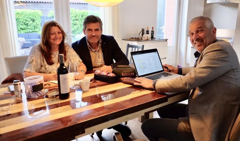 Ann-Marie Sterrenburg (l) met ernaast Kees van Tol en tegenover Marc Deckers. Foto: Wendy Schalks, tekst door Ad Pijnenburg