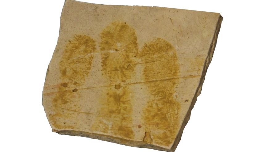 Pingsdorf-scherf (900-1200) met handafdruk van de vroegmiddeleeuwse maker (CODA Depot). (Foto Harry Schotman).