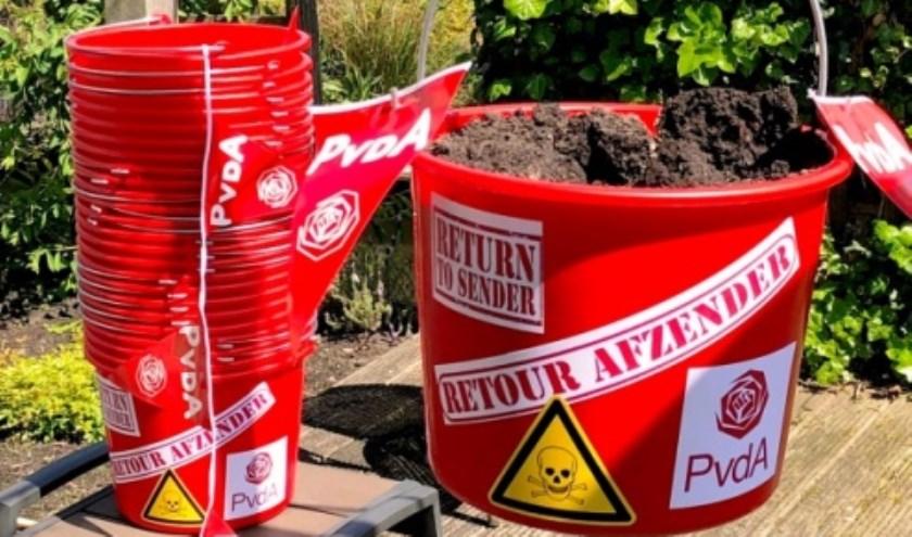 Met het storten van emmertjes grond, wil de PvdA Sliedrecht met zoveel mogelijk mensen actievoeren tegen Chemours. (Foto: pr)
