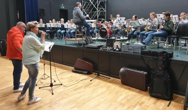 Mirjam Zwierink en Dick Vorkink van Reflexxion hebben inmiddels volop gerepeteerd met het orkest.