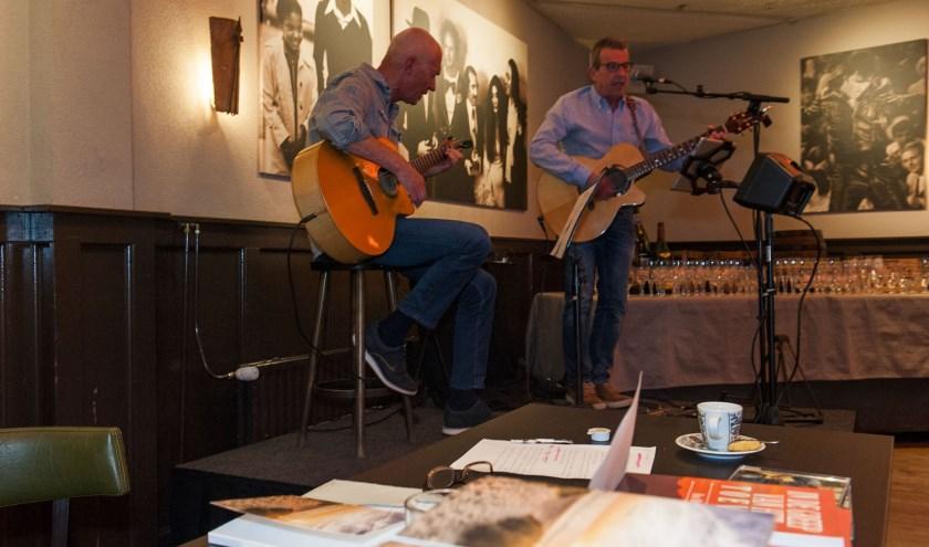 Hans Witjes (links) presenteert zijn nieuwste boek en treedt intussen op met Peter Sluiter. (foto: Ellen Koelewijn)