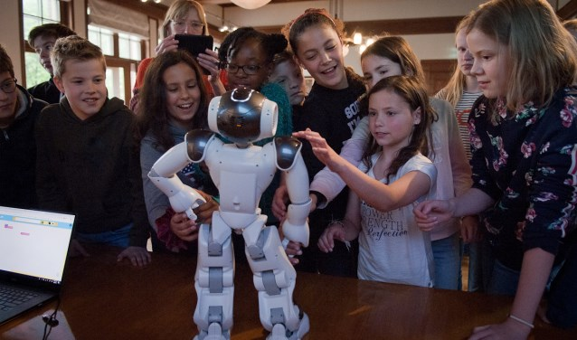 Tijdens het college van robotexpert dr. Koen Hindriks ontmoetten tientallen basisschoolkinderen een echte robot.