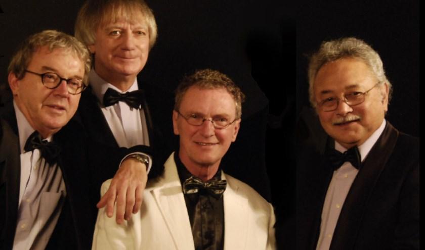 The Red Strats met rechts topgitarist Roy Soerioroseno