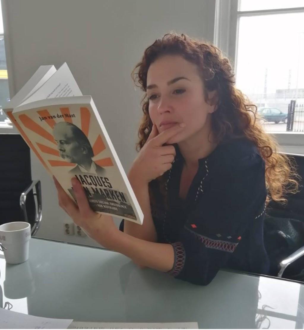 Katja bestudeert het boek van Jan van der Mast Jan van der Mast © Persgroep