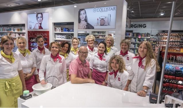 Het voltallige team van DA Fredriek, in hun winkel aan het Keizerserf in Nijverdal. Stuk voor stuk professionals met kennis van zaken, die altijd gedegen advies geven.