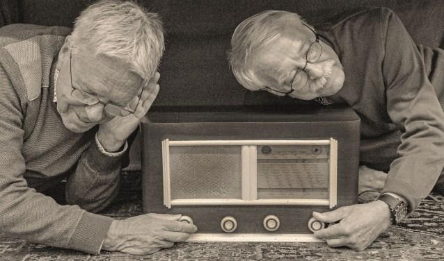 Kees Bazuinen en Bernhard Weber laten zien hoe er tijdens de oorlog stiekem naar de BBC werd geluisterd. (Foto: Paul van den Dungen)