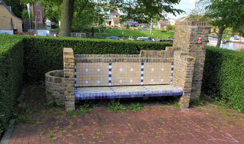 De Hooftmanbank werd samengesteld uit restanten van woningen in de Polderstraat, die verloren gingen op 11-05-1940. (Foto: Geert Ouweneel)