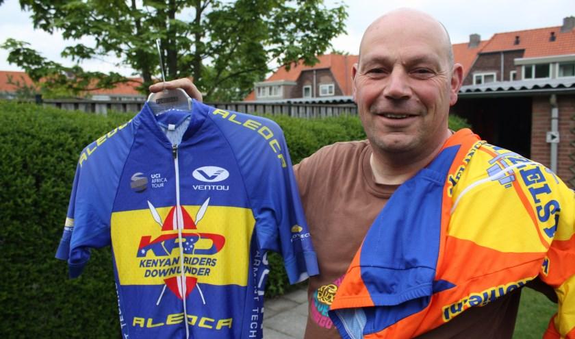 Ton Merckx met het shirt van Kenyan Riders Down Under, en om zijn schouder het shirt van TML-Dommelstreek. (Foto: Rob Weekers).