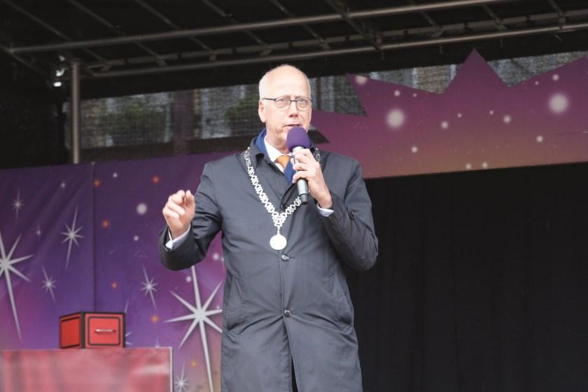 Burgemeester Arend van Hout spreekt op koningsdag 2019.