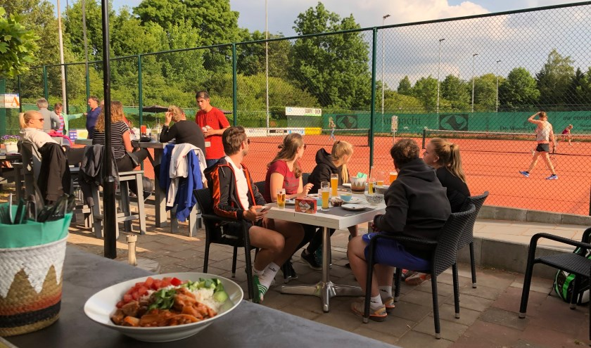 De mooie combinatie tussen tennis en lekker eten vind je bij Hiaten.