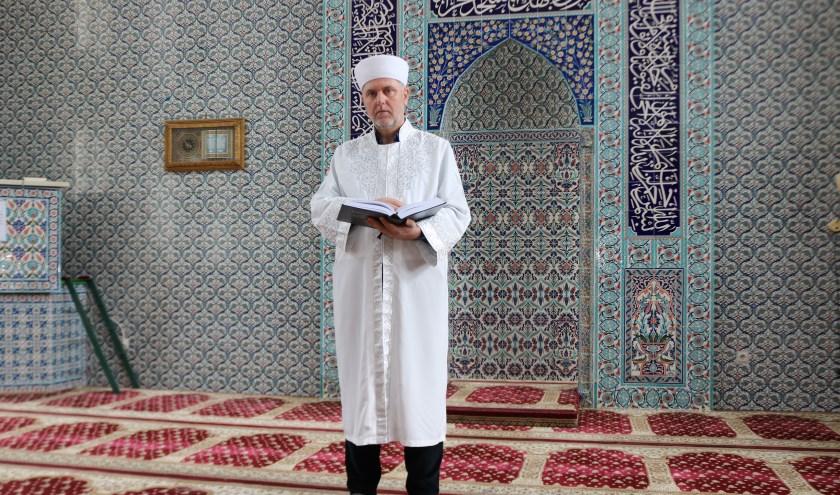 """Imam Ahmet Ayan 'Wij zijn gastvrij, onze deur staat voor iedereen open"""". (Foto: Arjen Dieperink)"""