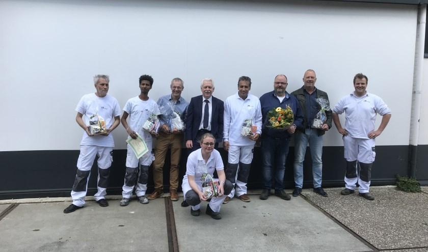 Vertegenwoordigers van Bedrijvenkring Elburg, medewerkers van Blaauw Perioverf en wethouder Henk Wessel van de gemeente Elburg. (Foto: gemeente Elburg)