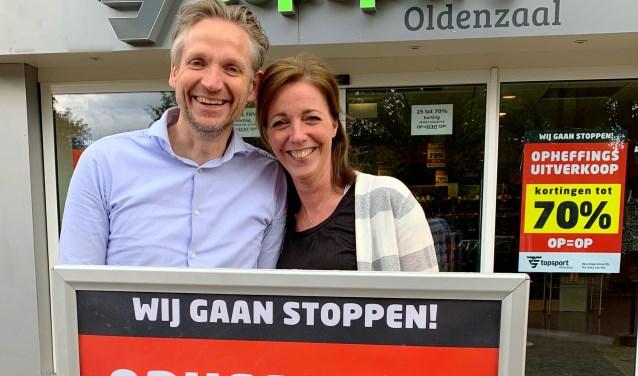 Bart en Nicole Coopman voor de zaak, die over enkele weken gaat sluiten.