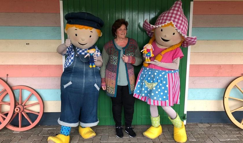 Lia Rozendaal overhandigd de gehaakte poppen van Fien en Teun aan Fien en Teun. (Foto: pr)
