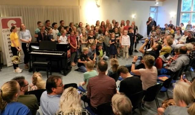 Alle leerlingen op het podium. (Foto: eigen foto)