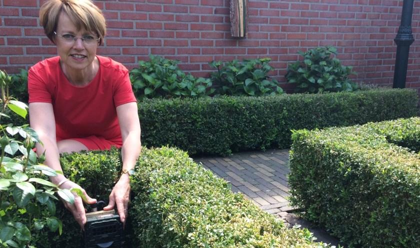 Tineke Zomer met de wildcamera. (Foto PR)